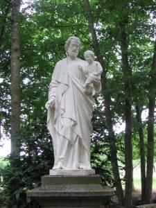 La Statue de Saint Joseph dans le sous bois